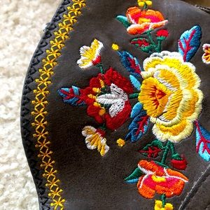 EMBROIDERED COUNTRY BOOTIES